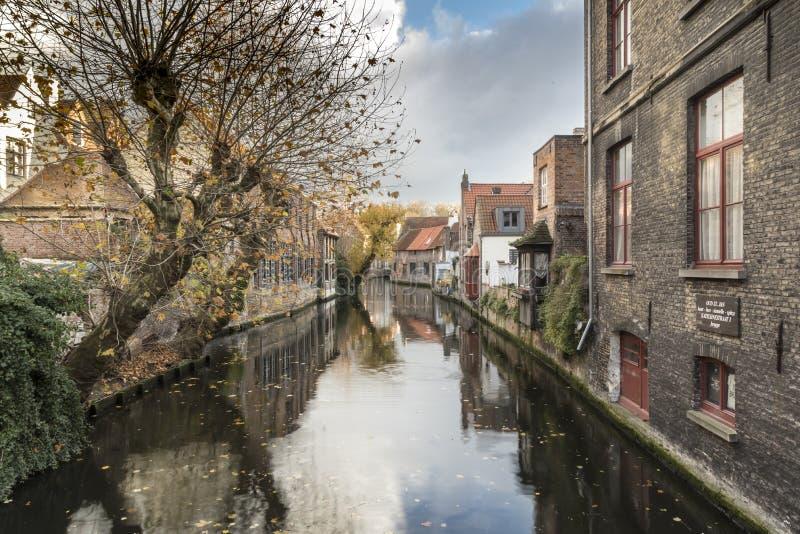 Canalside alloggia Bruges immagini stock libere da diritti