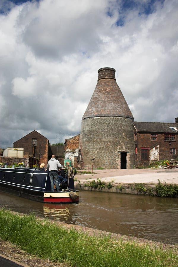 Canalside Flaschenbrennofen - altes industrielles England stockbilder