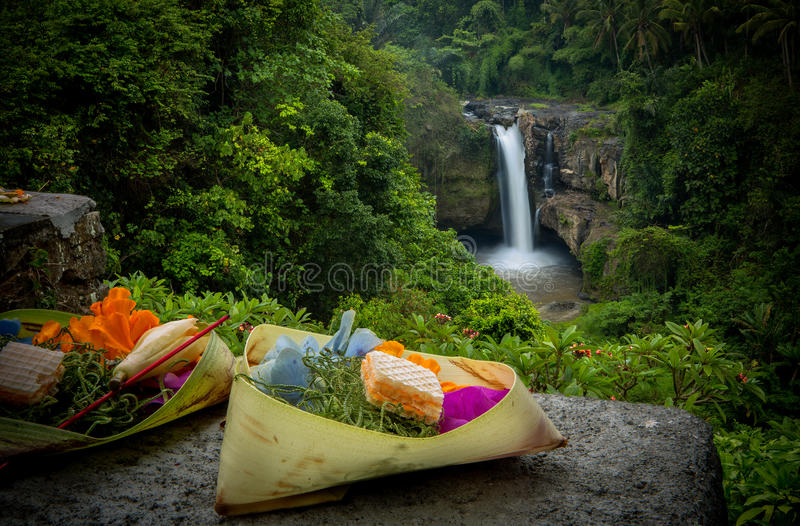 Canang-Sari vor Tegenungan-Wasserfall stockfotos