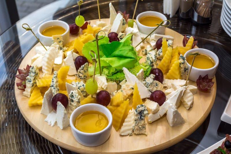 Canapés avec du fromage d'assortiment image libre de droits