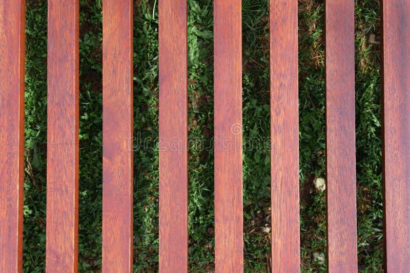 Canap? en bois sur le fond de l'herbe verte image stock