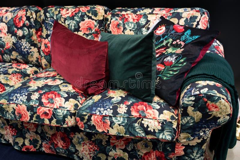 Canapé lit avec oreillers design classique photo libre de droits
