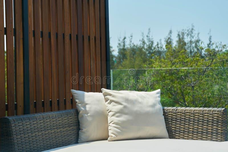 Canapé-lit dehors photo libre de droits