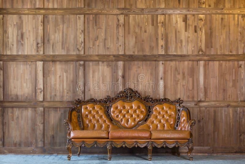 Canapé vintage près d'un mur en bois photos libres de droits