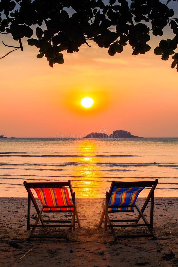 Canapés au bord de la mer au coucher du soleil étonnant détendez photo libre de droits