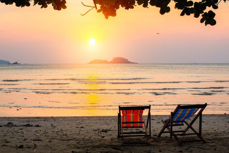 Canapés au bord de la mer au coucher du soleil étonnant détendez image stock