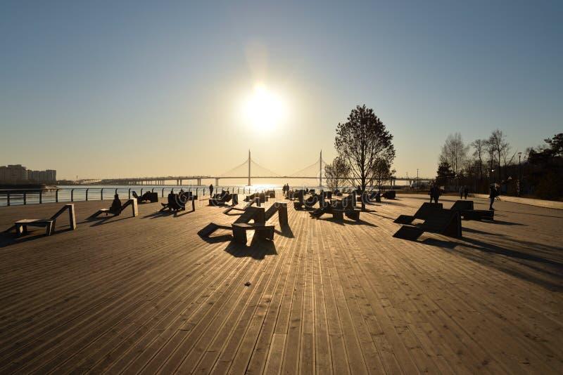 Canapés de Sun sur le remblai de rivière de Neva photo stock