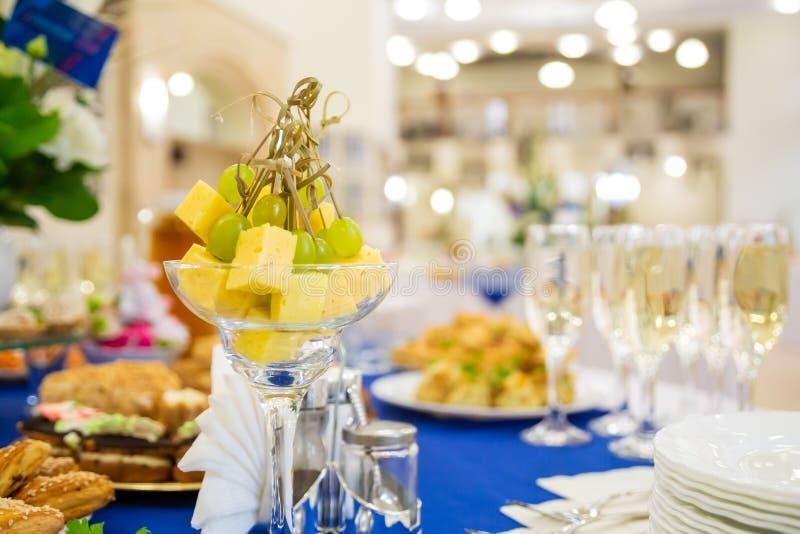 Canapés de uvas e queijo Quadros apresentados de forma positiva no Banquet Diversas iguarias, snacks e bebidas Restauração imagens de stock royalty free