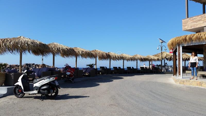 Canapés et parapluies de Sun en Crète photographie stock libre de droits