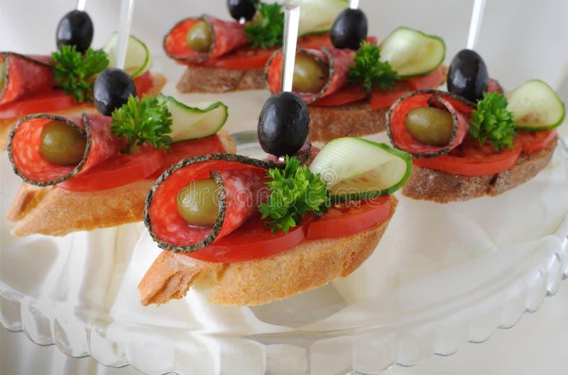 Canapés mit Salami stockbilder