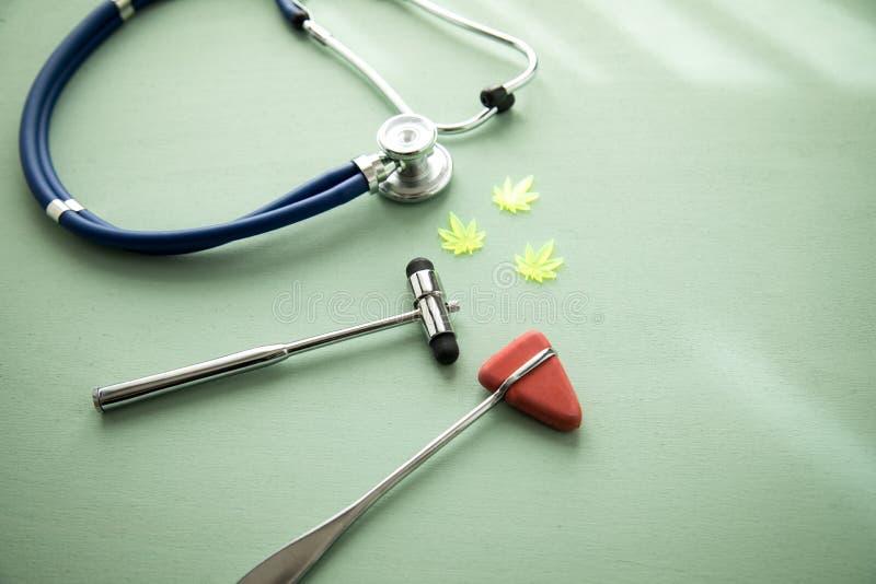 Canapa CBD della marijuana della cannabis come l'antidolorifico o terapia medica all'ambulatorio medico del neurologo con il mart fotografie stock libere da diritti