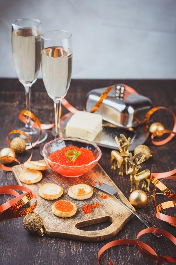 Canape avec le caviar saumoné rouge images stock