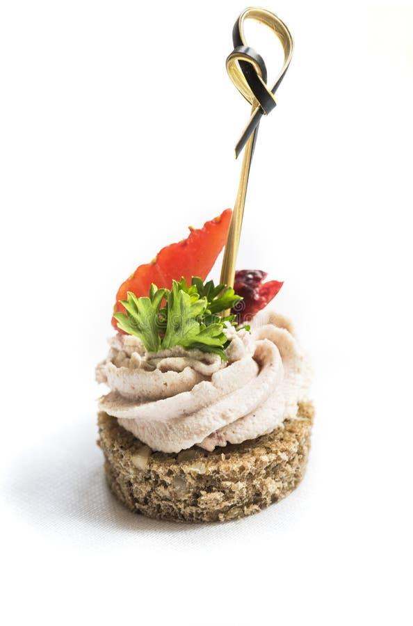 Canape avec le pâté et les fruits de canard photographie stock libre de droits