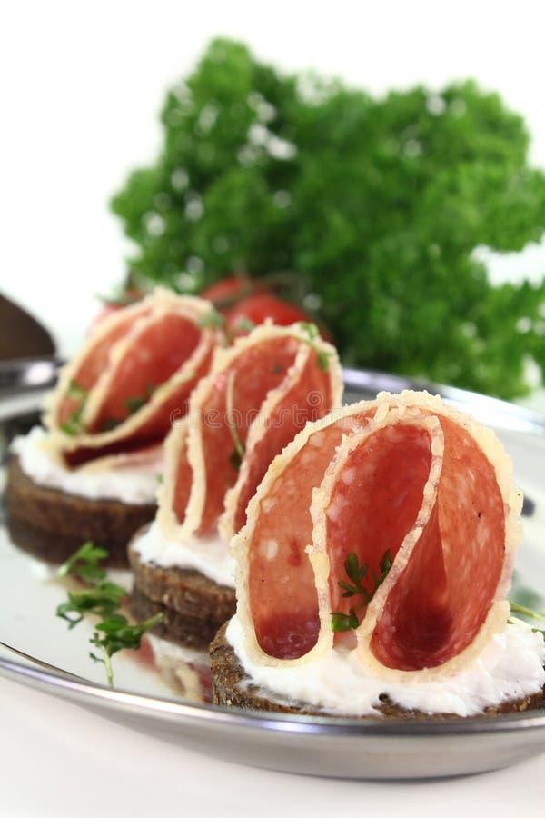 Canape com salami foto de stock