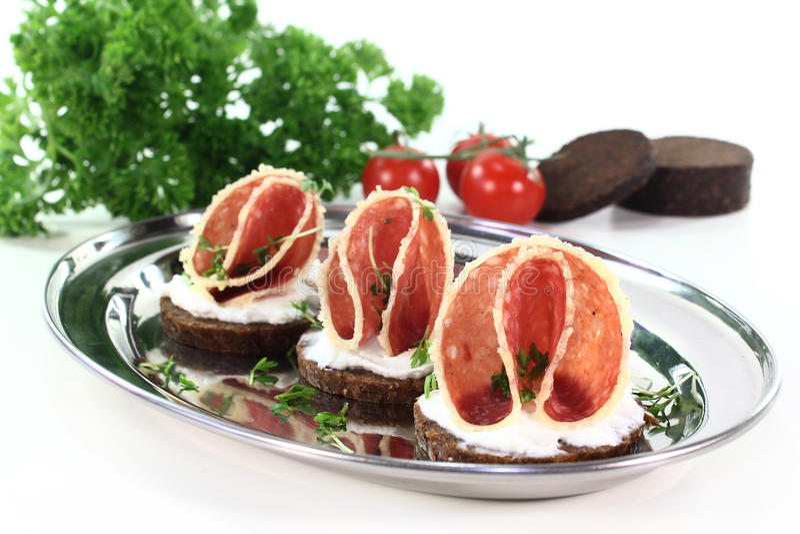 Canape com salami foto de stock royalty free