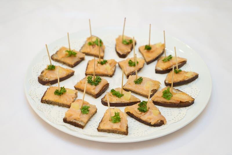 Canape con los pescados ahumados, el queso cremoso y el eneldo en el pan de centeno fotos de archivo