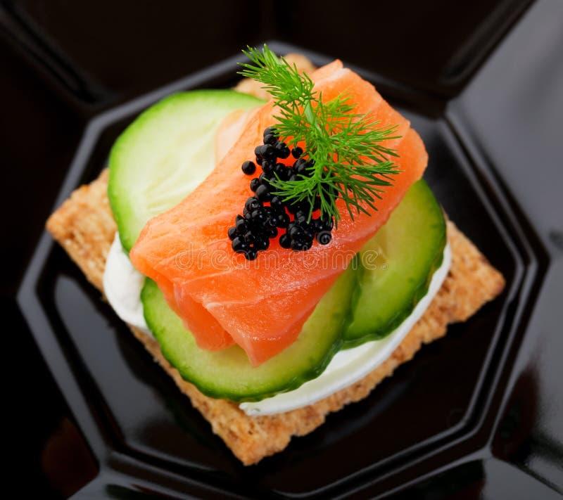 Canape de caviar et de saumons photographie stock libre de droits