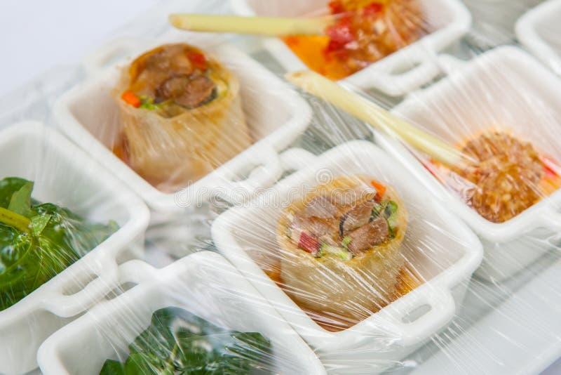Canape; Dekoration und Nahrungsmittel, die mit Plastik eingewickelt werden lizenzfreies stockfoto