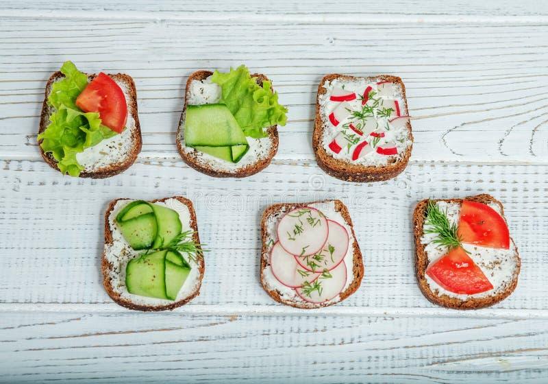 Canape deliziose con le verdure su un fondo bianco Cucumbe immagine stock libera da diritti