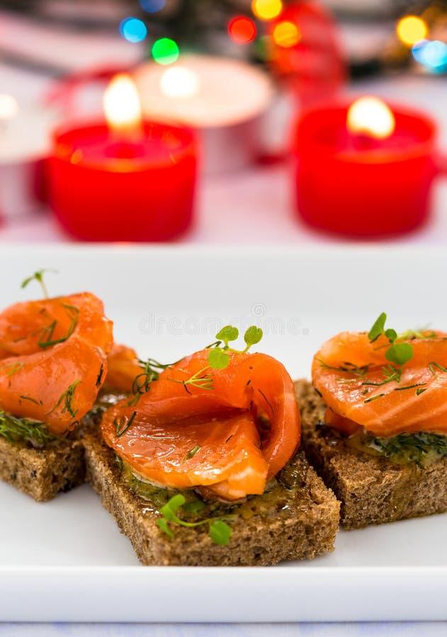 Canape deliziose dell'aperitivo di pane nero con il salmone affumicato fotografia stock