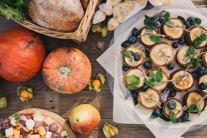 Canape des crêpes avec les myrtilles et le potiron photo stock