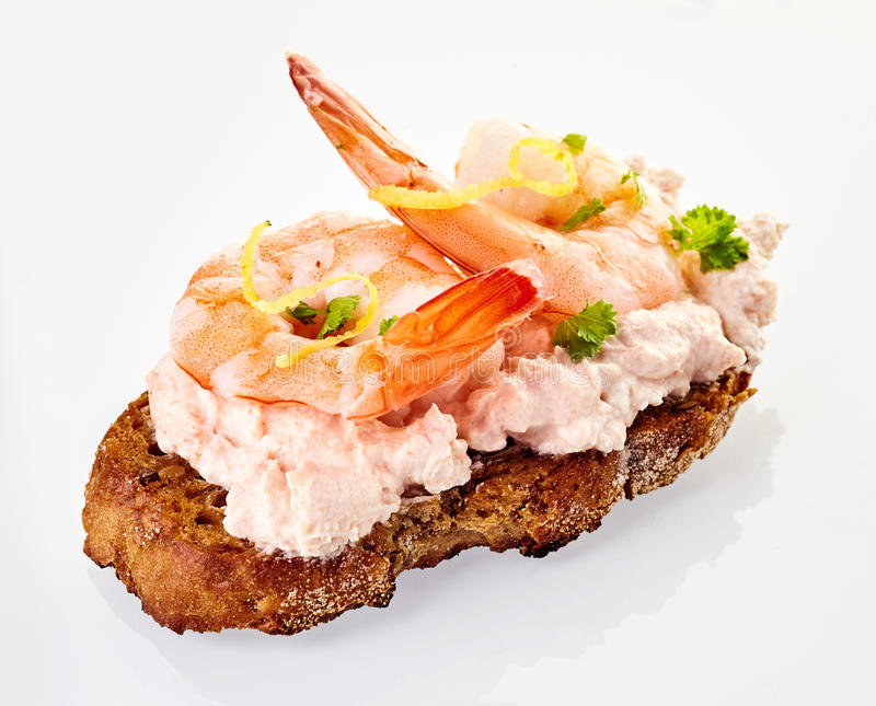 Canape gastronome de fruits de mer avec des queues de crevette rose photographie stock