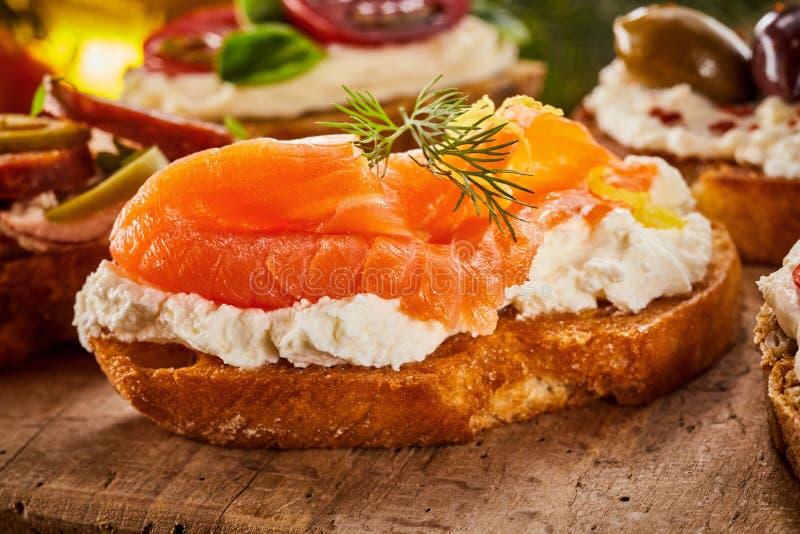 Canape gastronomiche con il salmone affumicato e l'aneto fotografia stock
