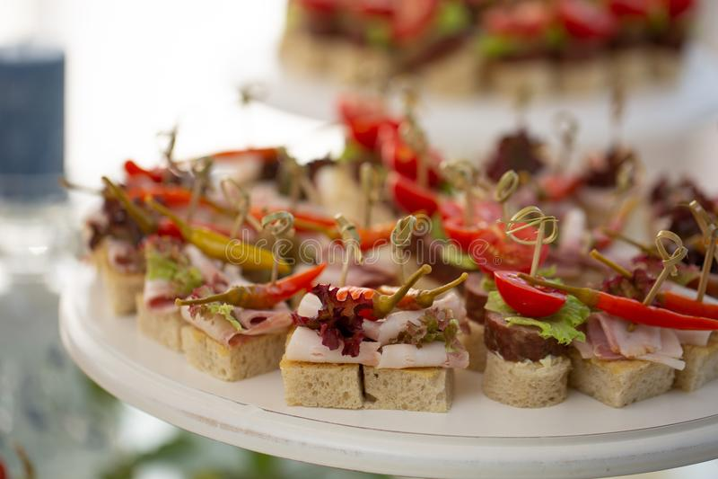 Canape met bacon lichte snacks bij het banket Houten handvat stock fotografie