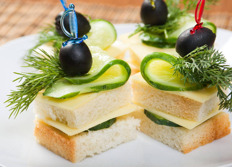Canape Met Kaas En Komkommer Royalty-vrije Stock Afbeelding