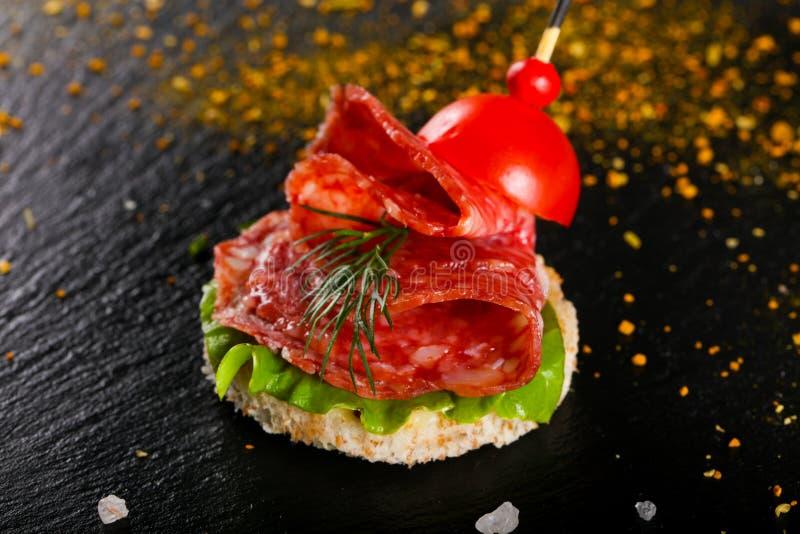 Canape mit Salami stockfoto