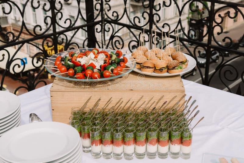 Canape, spuntini, insalate sulla cerimonia di nozze fotografie stock
