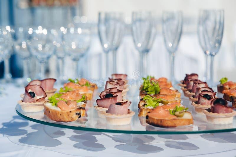 Canape ustawiający z łososia mięsem i ryba przy luksusowym przyjęciem Catering gastronomia fotografia stock
