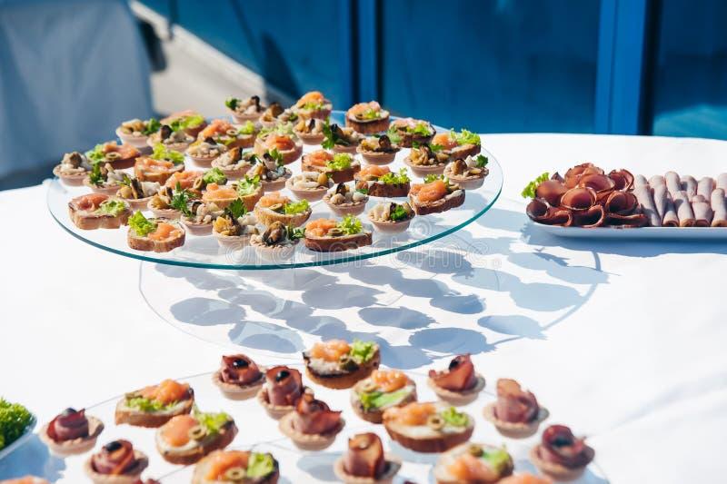 Canape ustawiający z łososia mięsem i ryba przy luksusowym przyjęciem Catering gastronomia zdjęcia stock