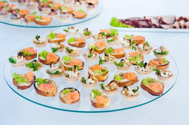 Canape ustawiający z łososia mięsem i ryba przy luksusowym przyjęciem Catering gastronomia obraz royalty free