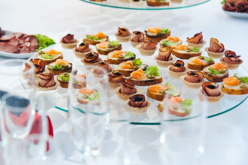 Canape ustawiający z łososia mięsem i ryba przy luksusowym przyjęciem Catering gastronomia zdjęcia royalty free