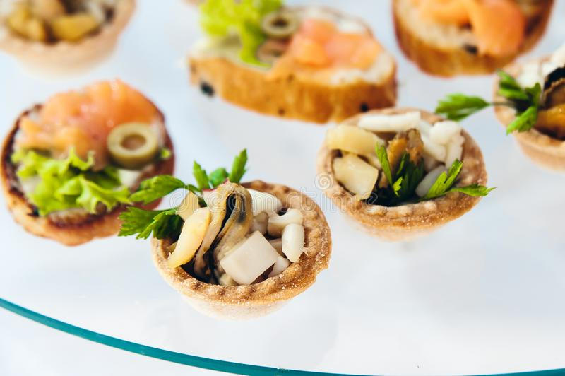 Canape ustawiający z łososia mięsem i ryba przy luksusowym przyjęciem Catering gastronomia obraz stock