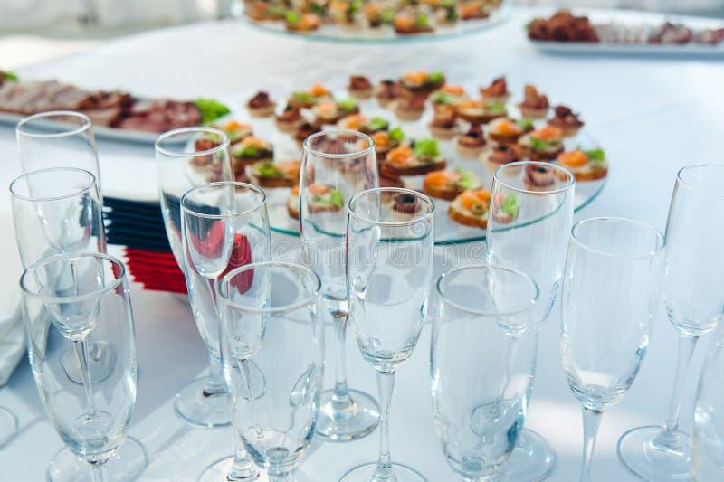 Canape ustawiający z łososia mięsem i ryba przy luksusowym przyjęciem Catering gastronomia obrazy stock