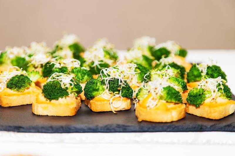 Canape vegetariane con i broccoli fotografie stock