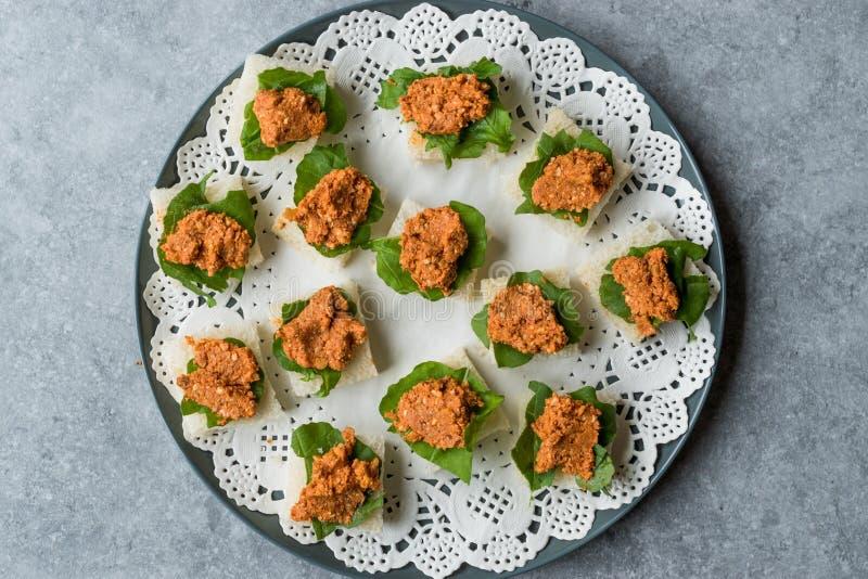 Canape z Muhammara, Adjika, Ajika lub Acuka na Małych Kwadratowych chlebach z Round talerzem, zdjęcia royalty free