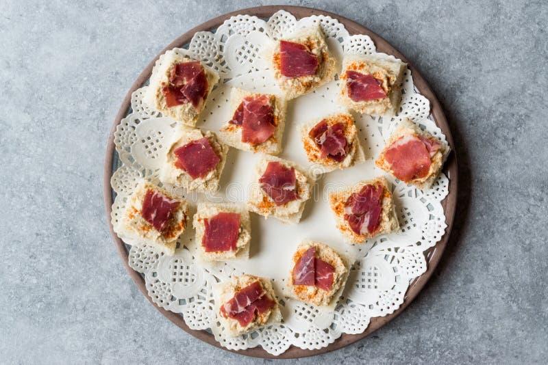 Canape z Pastrami, Pastirma Hummus na Małym Kwadratowym chlebie, baleronem/i zdjęcia stock