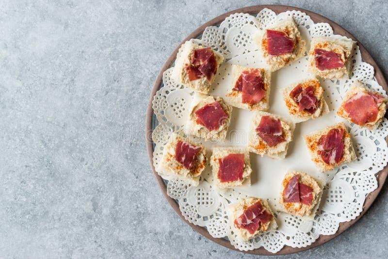 Canape z Pastrami, Pastirma Hummus na Małym Kwadratowym chlebie, baleronem/i zdjęcie stock