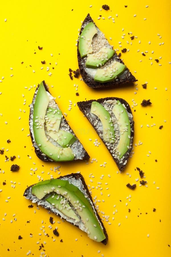 Canape z plasterkami avocado, ser i sezamowi ziarna, Pojęcie restauracyjny, zdrowy jedzenie, Przekąska canape z avocado zdjęcia royalty free
