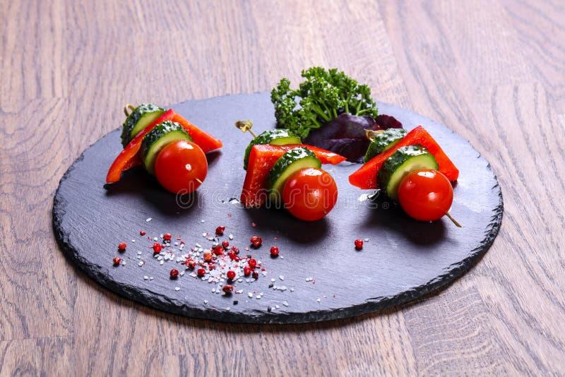 Canape z pomidorem i ogórkiem zdjęcie stock