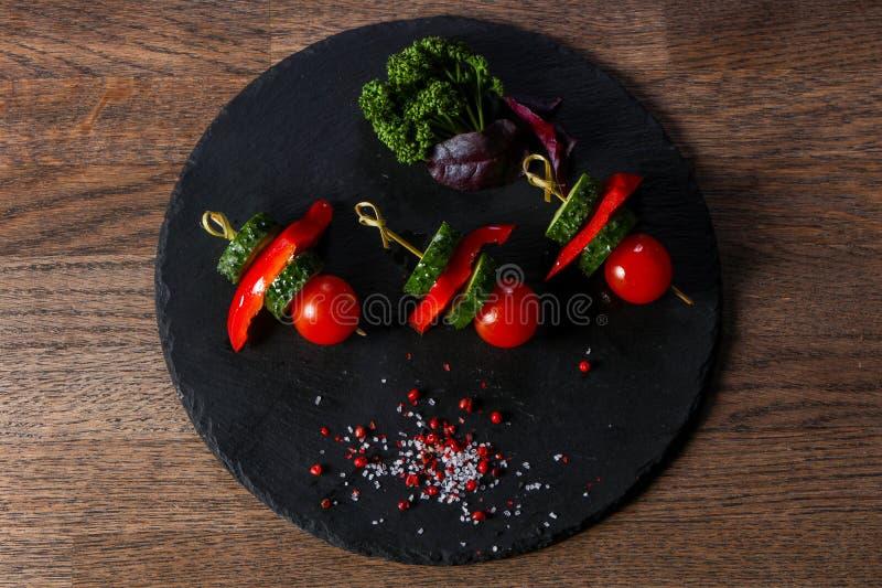 Canape z pomidorem i ogórkiem zdjęcia stock