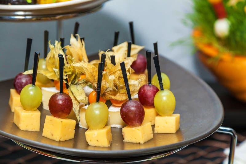 Canape z serem i winogronem zdjęcie royalty free