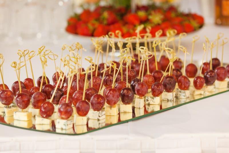 Canape z serem i winogronem fotografia stock