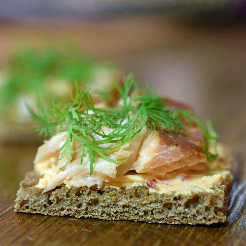 Canape z uwędzony Arktycznym przypala, papryka kremowy ser i koper na żyto chlebie zdjęcie royalty free