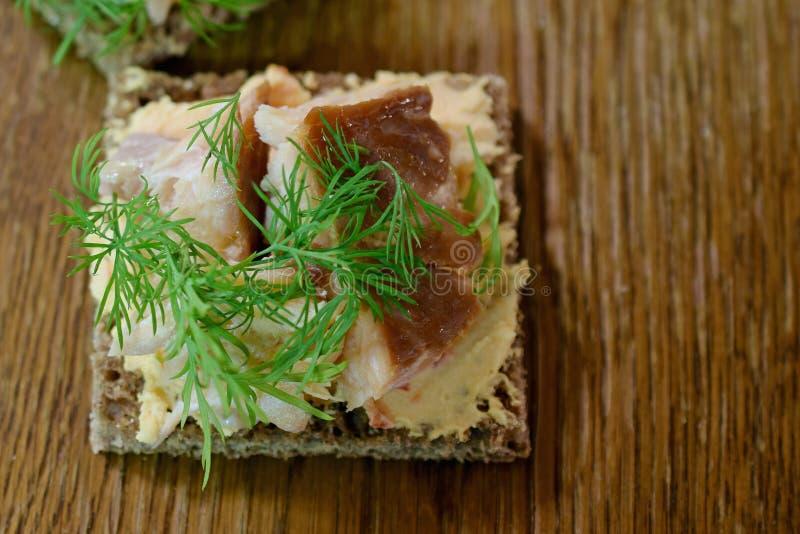 Canape z uwędzony Arktycznym przypala, papryka kremowy ser i koper na żyto chlebie obraz stock