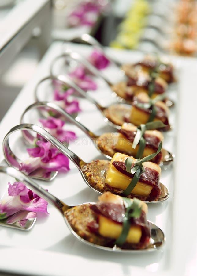 Canapes avec du jambon corrigé sur la table de banquet image stock