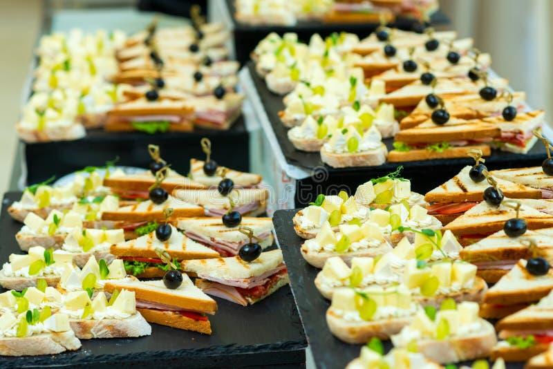 Canapes com queijo e uvas imagem de stock royalty free